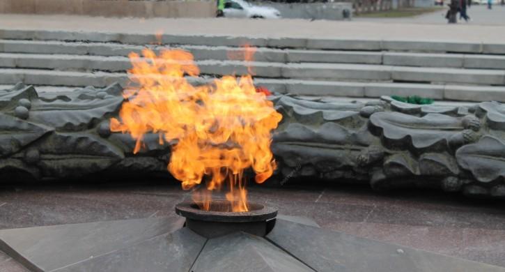 Забросавших снегом Вечный огонь молодых людей ищут вЧелябинской области