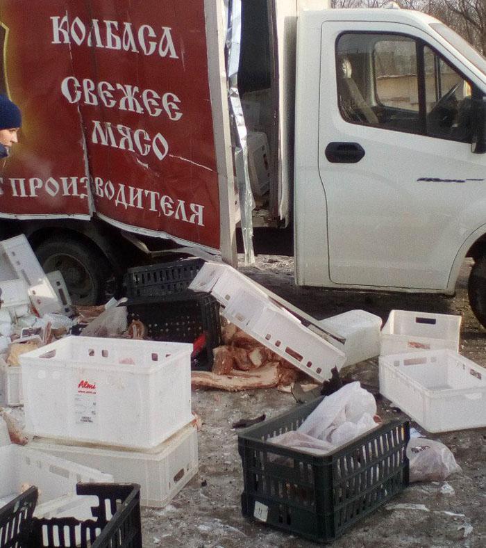 ВЧелябинске «Газель» после ДТП вылетела наавтобусную остановку