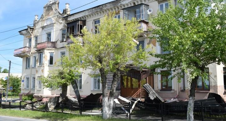Режим ЧС снят: в Сатке восстанавливают кровлю дома, пострадавшего от пожара