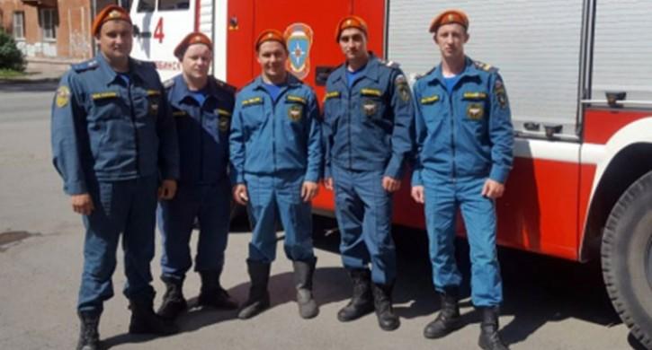 Челябинские пожарные спасли девочку, чуть невыпавшую с8 этажа