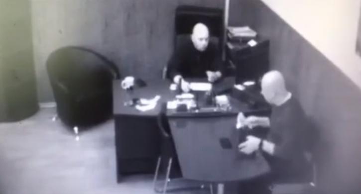 Появилось видео дачи взятки директору госучреждения на Южном Урале