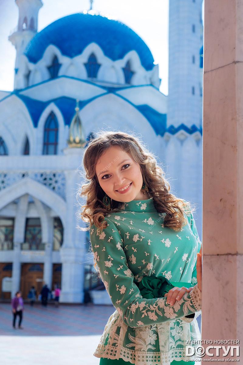 Красивая девушка на фоне казанского