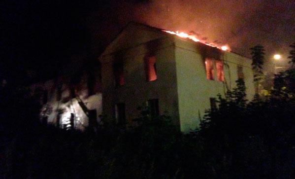 13 часов ушло натушение 2-х пожаров взаброшенных зданиях вКопейске