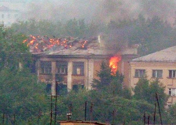 Неменее 12 часов огнеборцы тушили заброшенные здания вКопейске