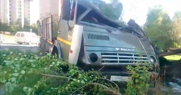 Шофёр «КамАЗа» изНижнего Тагила умер вжутком ДТП вЧелябинской области