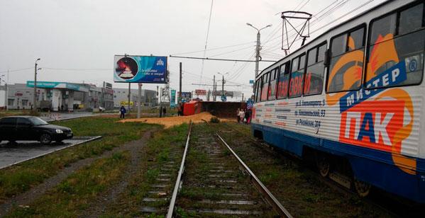 Самосвал спеском перевернулся натрамвайных путях вМеталлургическом районе