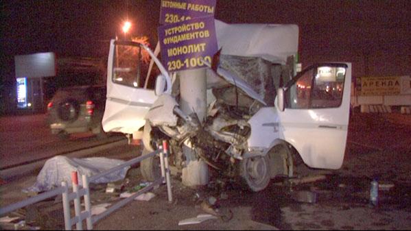 ВЧелябинске грузовой автомобиль спивом протаранил столб. Пассажир умер