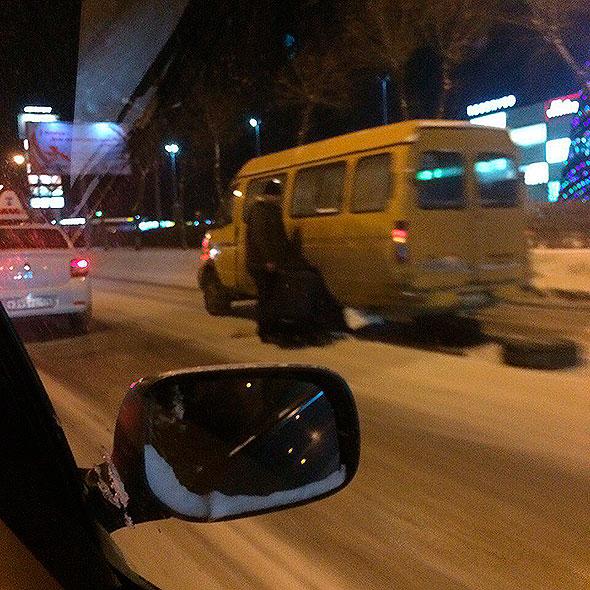 ВМагнитогорске маршрутка спассажирами начала разваливаться находу