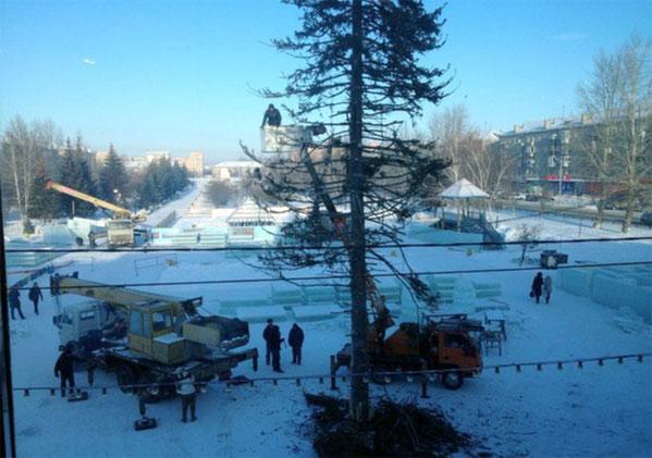 Власти уберут лысую ёлку с основной площади Копейска после жалоб городских жителей