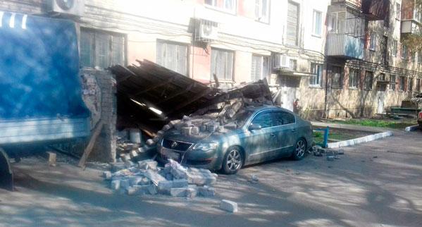 Вцентре Челябинска кирпичная стена рухнула наиномарку