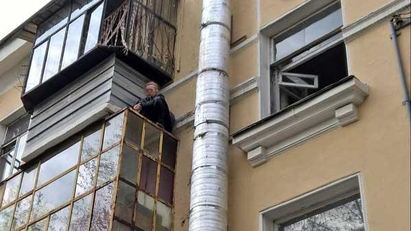 ВМиассе женщина застряла накозырьке балкона