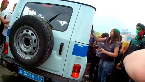 Милиция допросила молодых людей, пинавших полицейский «бобик» нафестивале красок