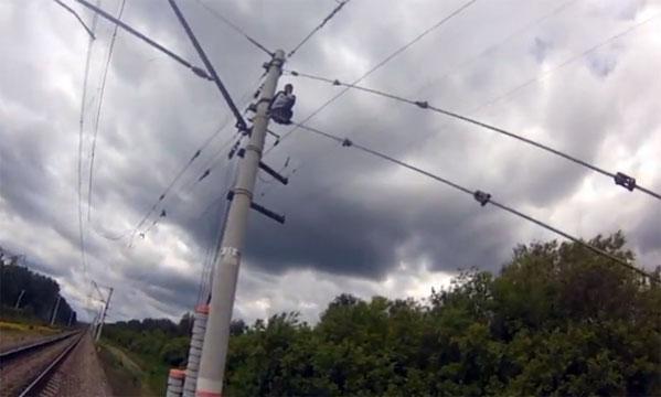 Челябинец два часа просидел нажелезнодорожном столбе, отказываясь опуститься