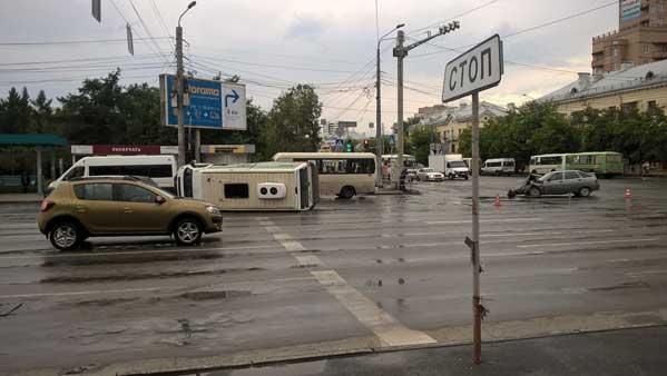 Наперекрестке Доватора— Воровского вЧелябинске перевернулась маршрутка