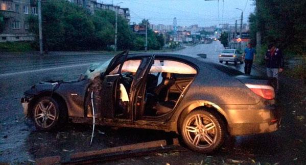 ВЧелябинске автоледи наиномарке снесла деревья истолб