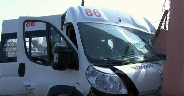 ВЧелябинске маршрутный ПАЗ налетел набетонные блоки: есть пострадавшие