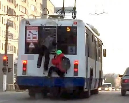 ВМиассе 11-летний зацепер находу упал строллейбуса