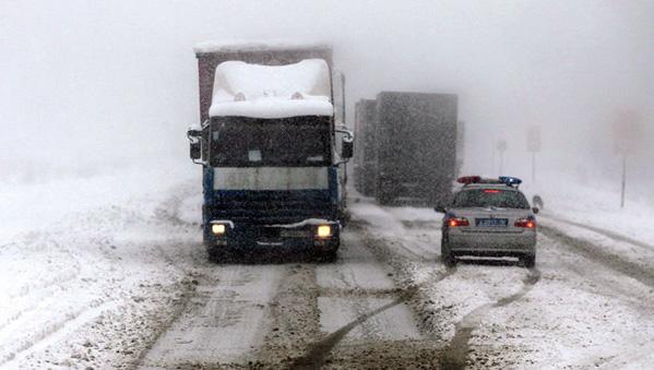 Дорогу М-5 закрыли для большегрузов из-за снегопада вЧелябинской области