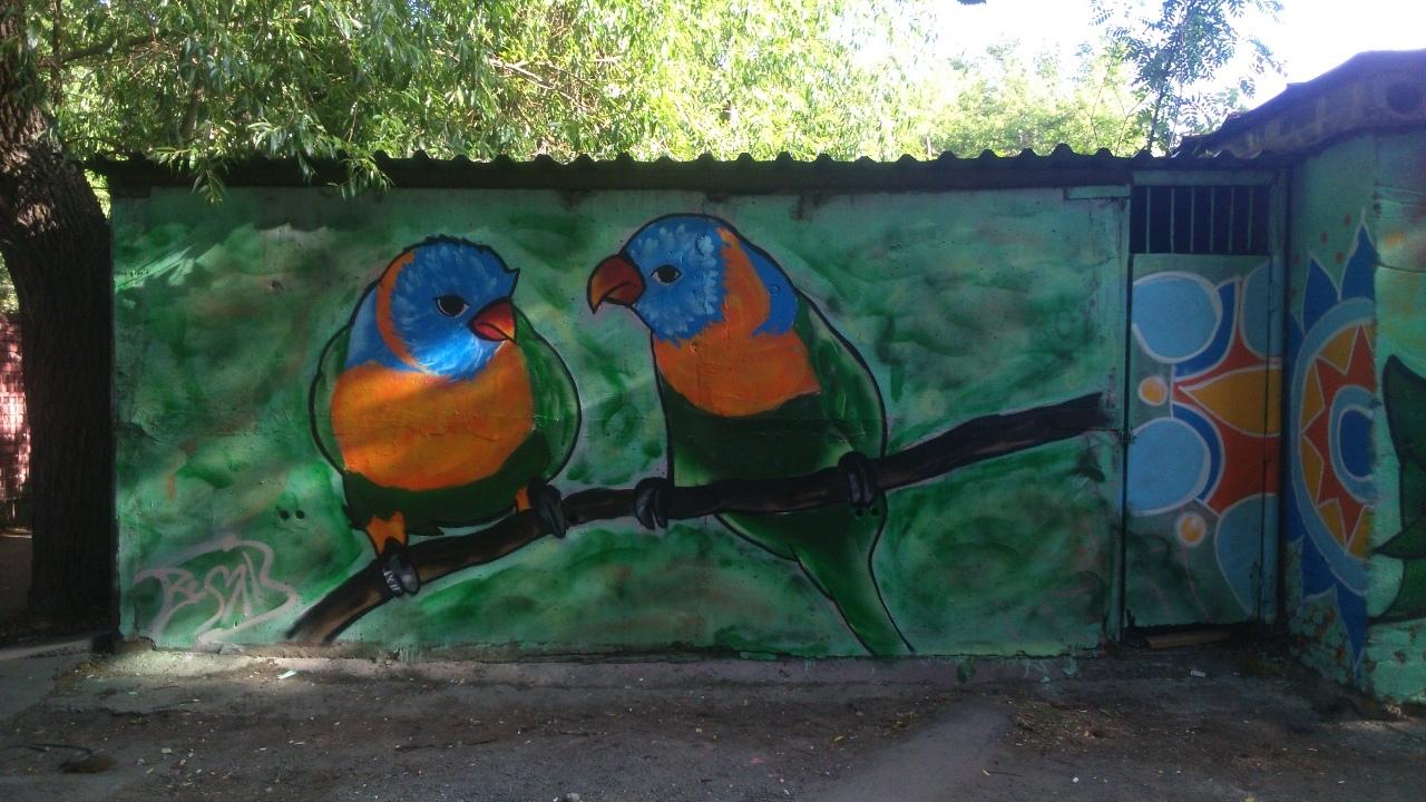 В Челябинске уличные художники украсили серые будки цветами и птицами