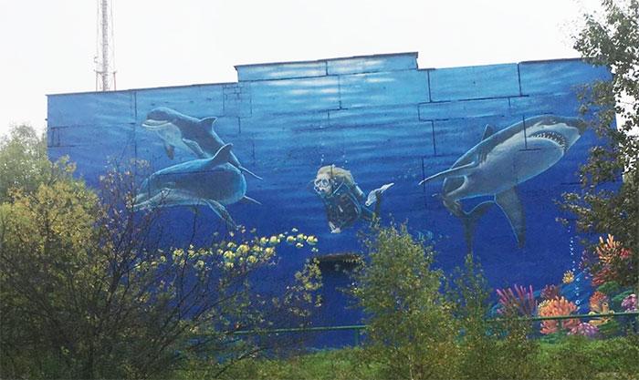 В Сатке появилось огромное граффити с морскими обитателями
