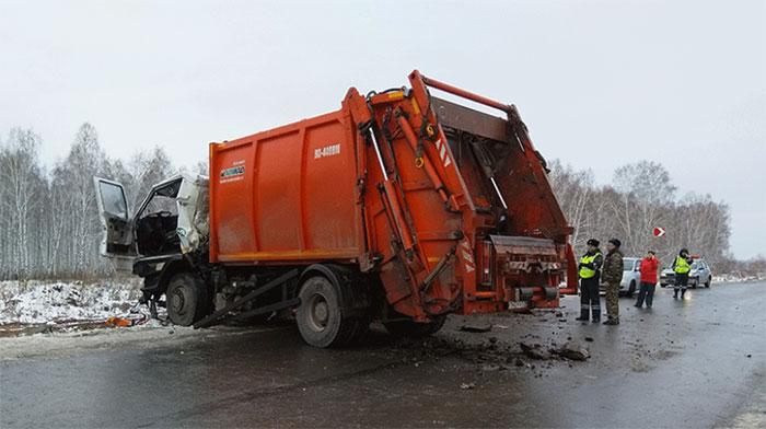 Появились фото с места столкновения мусоровозов под Челябинском